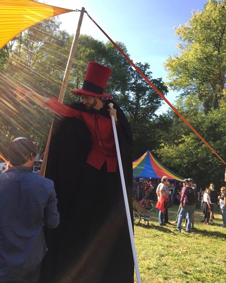 Der Magier auf hohen Beinen beim Handbrotzeitfest